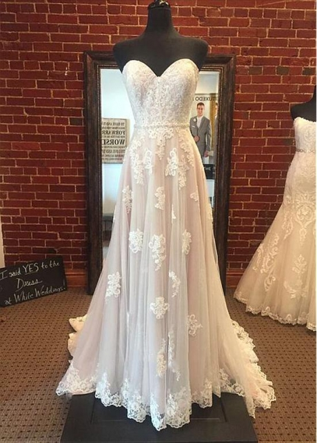 Fashionable Tulle Sweetheart Neckline A-line Wedding Dress With Lace Appliques & Beadings
