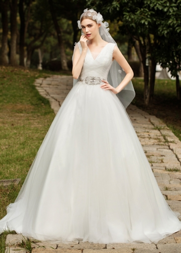 Stunnning Tulle V-neck Neckline Ball Gown Wedding Dresses