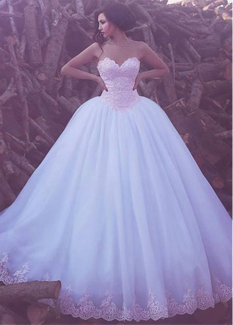 Charming Tulle Sweetheart Neckline Ball Gown Wedding Dress With Lace Appliques