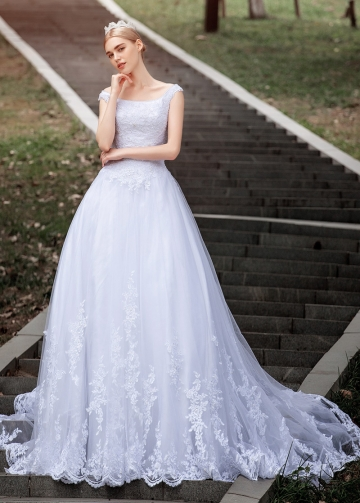 Elegant Tulle Bateau Neckline Ball Gown Wedding Dresses With Beaded Lace Appliques