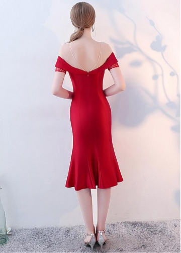 Chic Red Satin Jewel Neckline Knee-length Sheath/Column Cocktail Dresses With Beadings