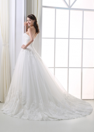Elegant Tulle Sweetheart Neckline Ball Gown Wedding Dress With Lace Appliques