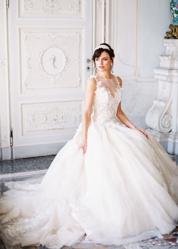 A-line Tulle Lace Appliques Princess Wedding Gown with Boat Neck