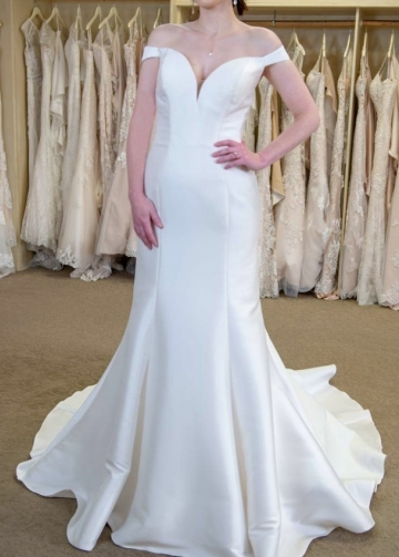 Simple Satin Fit&Flare Wedding Bridal Gown with Off-the-shoulder